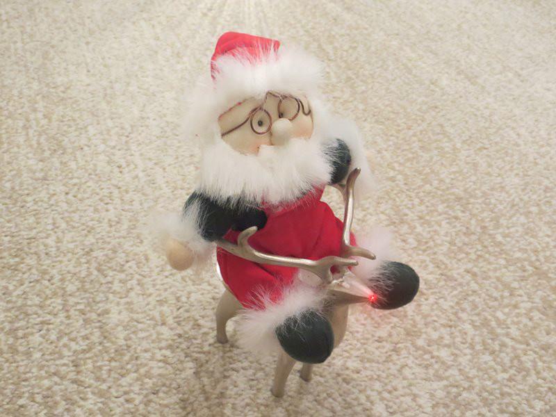 Joulupukki poron kyydissä