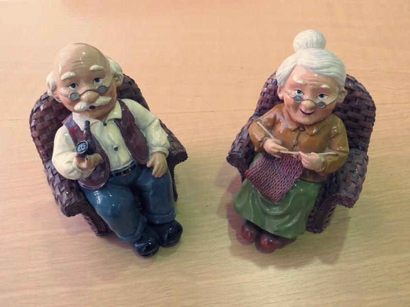 Vanhuksia, ikääntyviä ja senioreja